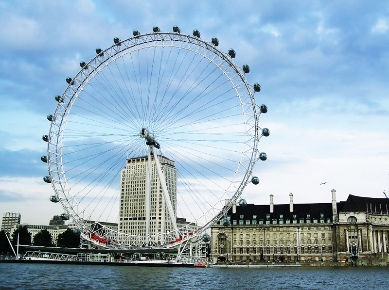 Das London Eye am Ufer der Themse